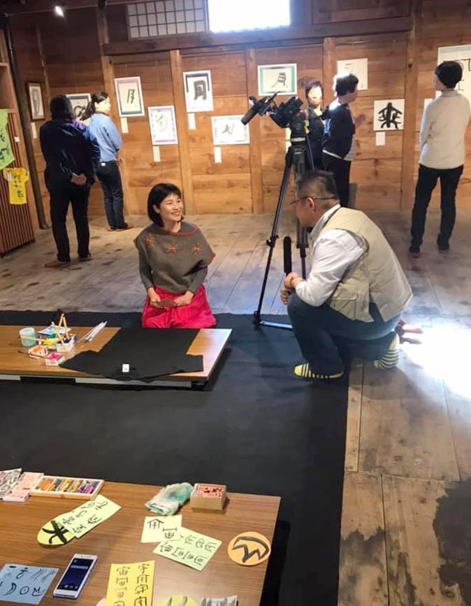 長野でのアート楽書展、書家西川梨世がテレビ取材を受けました。