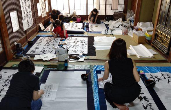 書道団体「無限未来」が行なっている人材育成、書家コースの長野千曲市で行なった養成合宿記録、真剣に書に向き合っています。