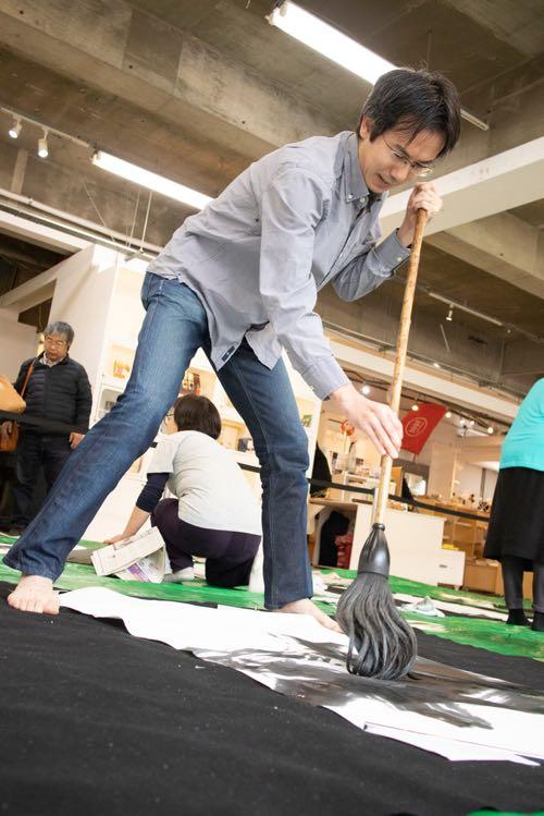 書道団体、無限未来がアーツ千代田3331にて子供や大人の生徒さん達と開催しました書道展での大筆パフォーマンスの記録です。